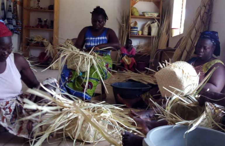 Mujeres artesanas cestas en Senegal